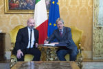 La firma di Gentiloni e Bonaccini per l'autonomia